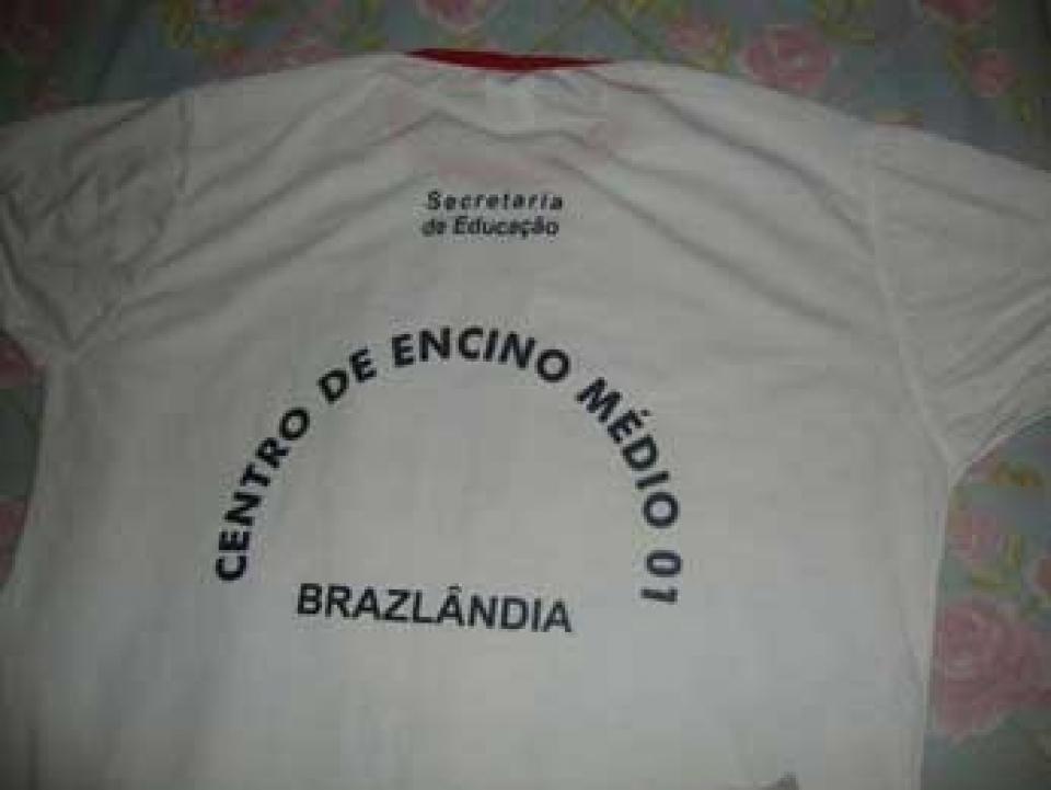 Camiseta  distribuída para os alunos do  Centro de Ensino Médio de Brazlândia, no Distrito Federal, com erro grosseiro de português.;
