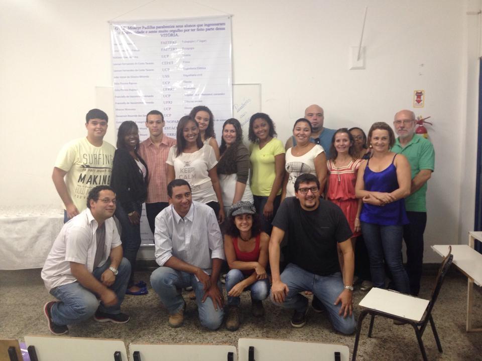 Ex alunos do ColégioEstadual Moacir Padilha comemorando, com o Professor Amadeu Guedes o ingresso nas universidades,