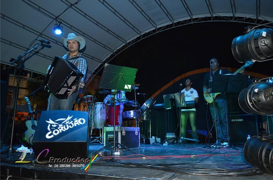 Haron Azevedo e Banda, no show do Dia do Trabalhador em Levy Gasparian, praça lotada, fechando o feriado com muita animação