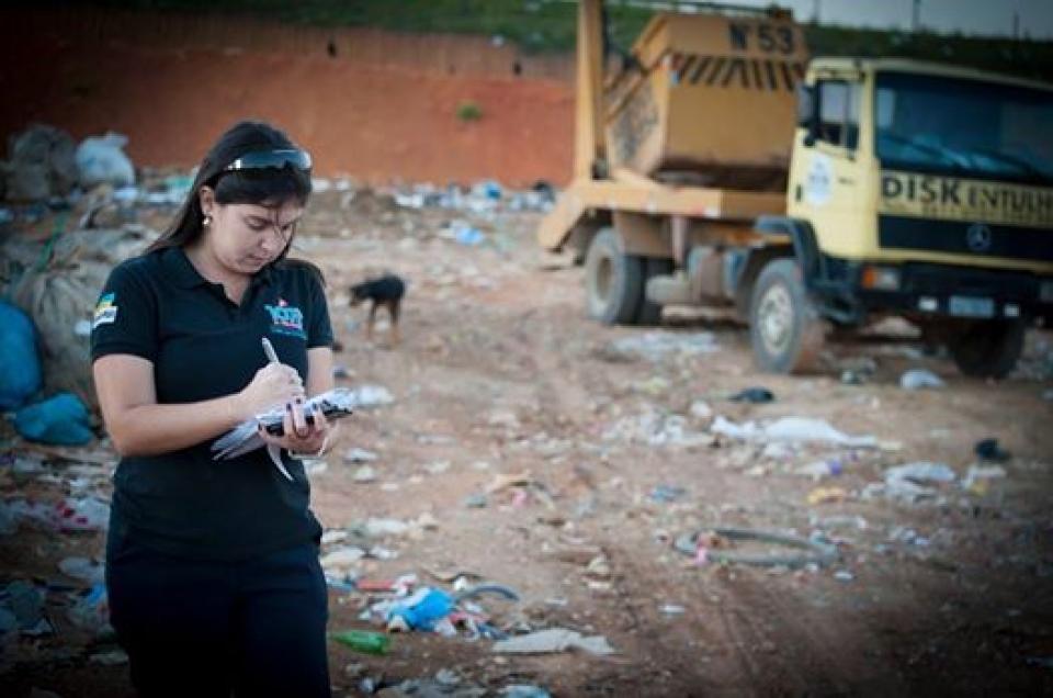 Não é cenário não, é real! jornalista Aline Carius (entre rios jornal e 107 FM), em ação no lixáo de Três Rios. Foto: jucelino Nogueira - entre rios jornal.