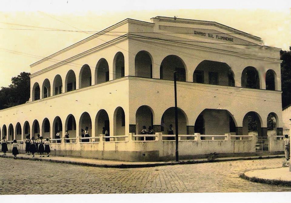 Pra matar as saudades de quem estudou lá: o Ginásio Sul Fluminense, de Paraíba do Sul, em foto reproduzida do Facebook